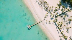 Sob o cais Mar caribbian de turquesa e praia branca imagem de stock