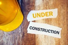 Sob o conceito da construção com helme amarelo protetor do capacete de segurança imagem de stock royalty free