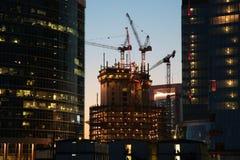 Sob o edifício da construção Fotos de Stock