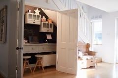 Sob o escritório domiciliário das escadas na casa familiar contemporânea imagens de stock royalty free