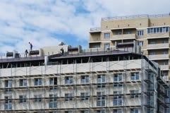 Sob o fim do prédio de apartamentos da construção acima contra o azul fotografia de stock royalty free