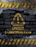Sob o sinal da construção Fotografia de Stock Royalty Free