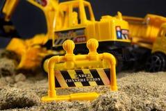 Sob o sinal da parada do brinquedo da construção Imagens de Stock Royalty Free