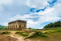 Sob o templo da água em Sangkhaburi, Tailândia imagens de stock