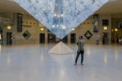 Sob a pirâmide invertida imagens de stock royalty free