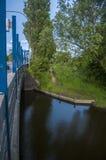 Sob a ponte com uma vista escandinava verde ao lado do rio Foto de Stock