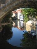 Sob a ponte de Charles. Praga, Czechia Fotos de Stock