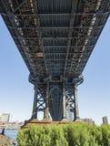 Sob a ponte de Manhattan cedo na manhã com brilho do céu azul e do sol Foto de Stock Royalty Free