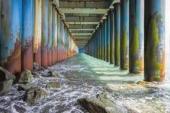Sob a ponte oxidada velha Foto de Stock Royalty Free