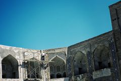 Sob a reconstrução e a renovação uma do madrasa o mais famoso na Rota da Seda inteira REGIO foto de stock royalty free