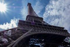 sob a torre Eiffel Fotografia de Stock Royalty Free