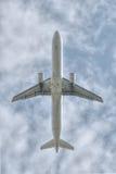 Sob um voo grande do plano de jato Fotos de Stock