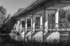 Sob uma ponte foto de stock