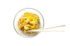 Soba de nouilles de sarrasin avec des crevettes roses et des légumes Images libres de droits