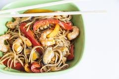 Soba de nouilles de sarrasin avec des crevettes roses et des légumes Image stock