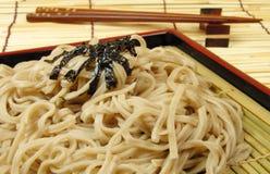 Soba e chopsticks em um assoalho de bambu Fotos de Stock