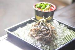 Soba frío o tallarines fríos en estilo japonés imagenes de archivo