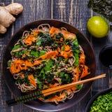 Soba-Nudeln mit Gemüse und Meerespflanze Lizenzfreie Stockbilder