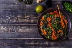 Soba-Nudeln mit Gemüse und Meerespflanze Stockbild