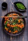Soba-Nudeln mit Gemüse und Meerespflanze Lizenzfreies Stockfoto