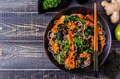 Soba-Nudeln mit Gemüse und Meerespflanze Stockfoto