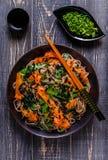 Soba-Nudeln mit Gemüse und Meerespflanze Lizenzfreie Stockfotos