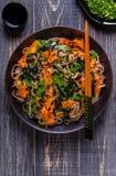 Soba-Nudeln mit Gemüse und Meerespflanze Lizenzfreies Stockbild