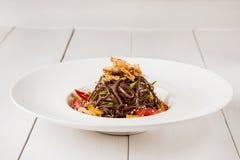 Soba nudlar av bovetenudlar av boveteguling pepprar, tomaten och örter Panorera-Asiat kokkonst placera text Arkivbilder