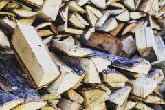 Sobald ein Stapel des gehackten Holzes stockfotos