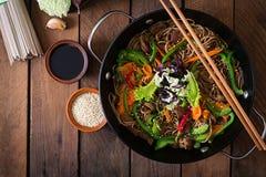 Sobanoedels met rundvlees, wortelen, uien Stock Foto's