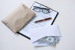 Soborno y concepto de la corrupción, soborno bajo la forma de billete de dólar imagen de archivo libre de regalías