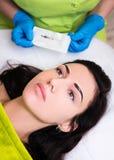 A sobrancelha permanente compõe a preparação - cliente da jovem mulher e b foto de stock royalty free