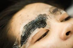 Sobrancelha que tattooing, cara asiática bonita da composição da mulher Imagem de Stock
