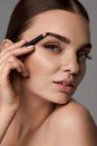 Sobrancelhas de contorno da mulher 'sexy' bonita Composição glamoroso imagem de stock royalty free