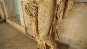 Sobras da estátua de mármore antiga no museu arqueológico, herança cultural video estoque