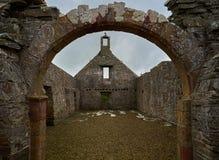 Sobras da igreja do ` s da senhora Kirk St Mary no cemitério do ` s de Pierowall, Westray, Escócia imagem de stock