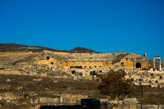 Sobras das construções do período Grego-romano em Pamukkale Fotos de Stock Royalty Free