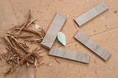 Sobras das fatias estratificadas após o corte para o instalation do assoalho de madeira novo em casa imagem de stock royalty free