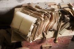Sobras empoeiradas em uma casa abandonada imagens de stock royalty free