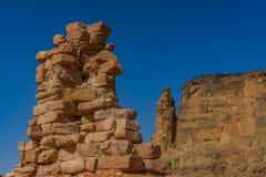 Sobras quase completamente destruídas da parede do templo de Kamira com a montanha santamente Jebel Barkal no fundo foto de stock