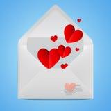 Sobre abierto realista blanco con los corazones de papel rojos Foto de archivo