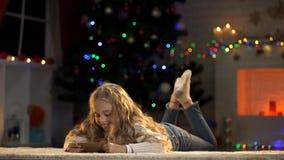 Sobre adorable de la tenencia de la muchacha con la letra para Papá Noel, creencia en magia de Navidad fotos de archivo