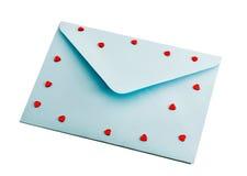Sobre azul con los corazones rojos imágenes de archivo libres de regalías