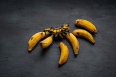 Sobre bananas maduras fotos de stock