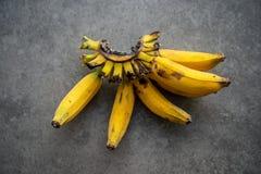 Sobre bananas maduras foto de stock