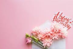 Sobre blanco con un centro de flores de la primavera Endecha plana, visión superior Tarjeta del feliz cumpleaños con los crisante Fotos de archivo libres de regalías
