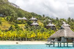 Sobre bungalows da água em Tahiti Fotos de Stock