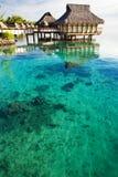Sobre casas de planta baja del agua sobre laguna coralina asombrosa Foto de archivo libre de regalías