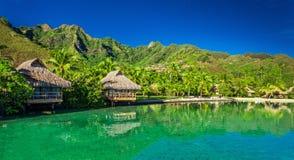 Sobre casas de planta baja del agua y laguna verde en Moorea, Tahití imagen de archivo