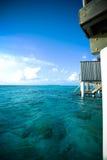 Sobre centro turístico del agua con el océano y coral en Maldivas Imágenes de archivo libres de regalías